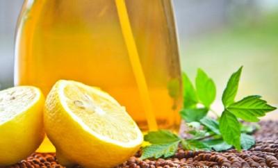 DIY Natural Lemon and Vinegar Bathroom Cleaner