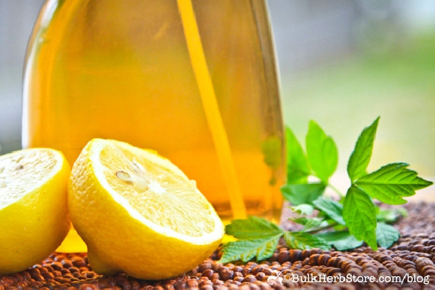 DIY Natural Lemon and Vinegar Bathroom Cleaner