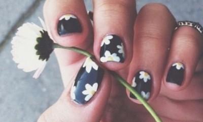Daisy floral nail polish