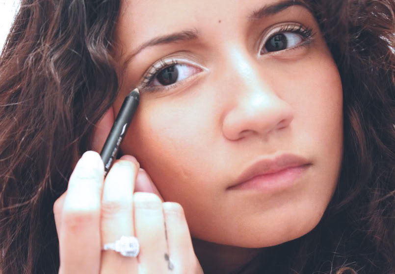 applying white eyeliner makeup