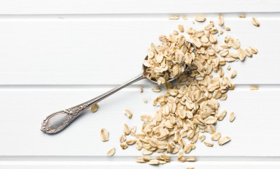 the oat flakes in spoon