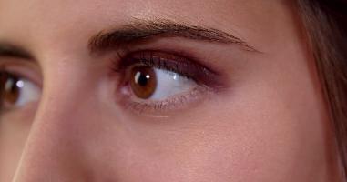 5 ways to use Jessica Alba's Honest gold eyeshadow
