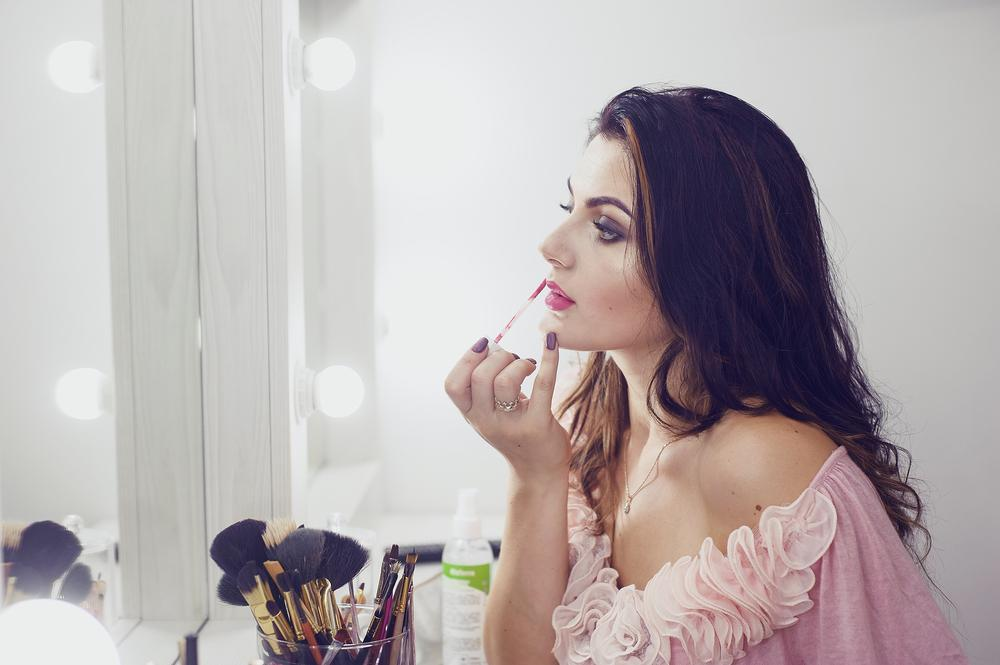 Girl does a make-up, walks in the park and photographed